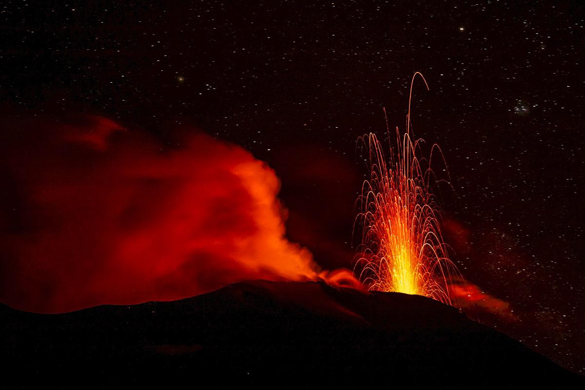 immagine del vulcano stromboli durante una eruzione di tipo stromboliano