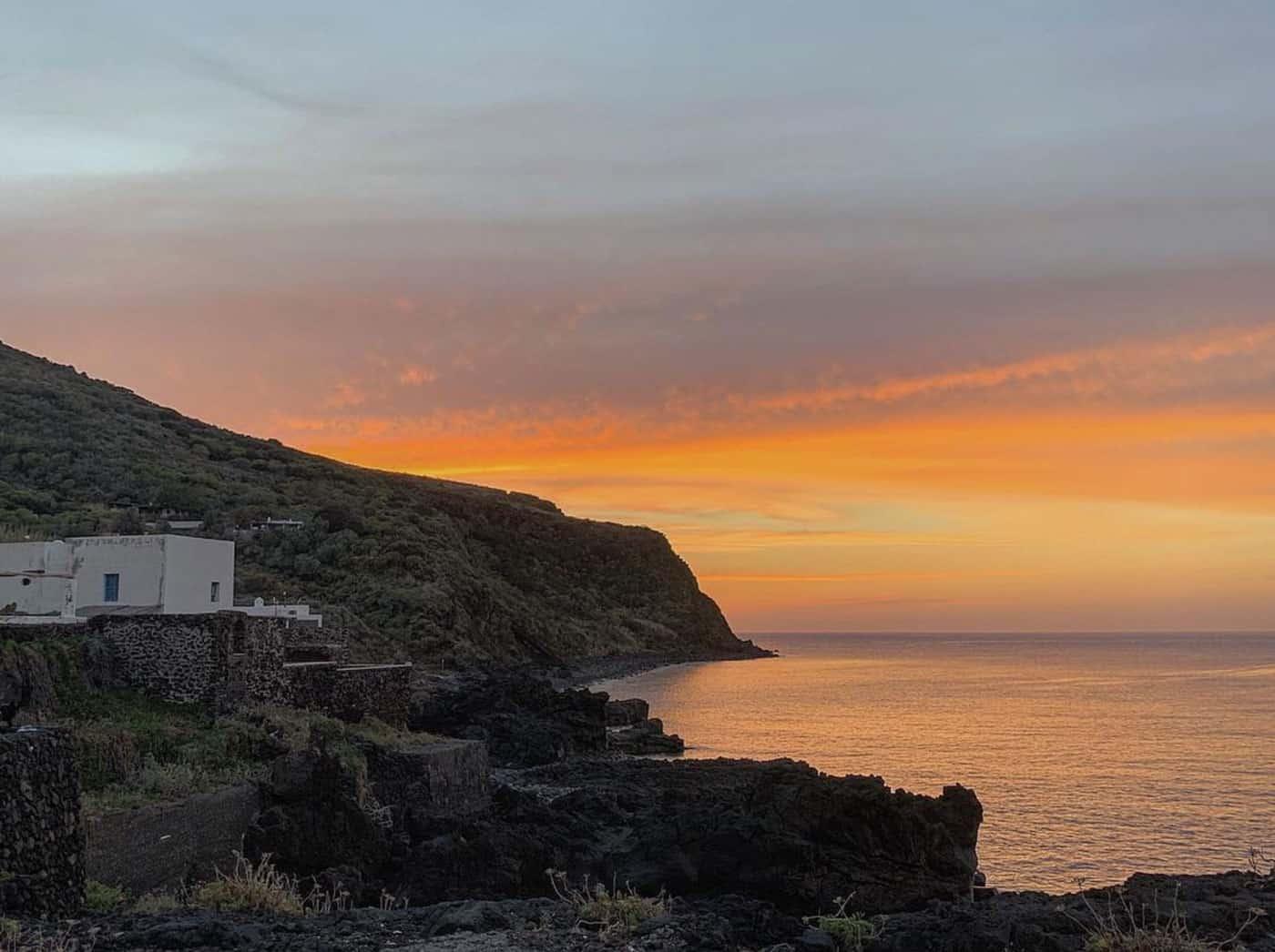 dormire a stromboli - veduta di una casa a picco sulla costa