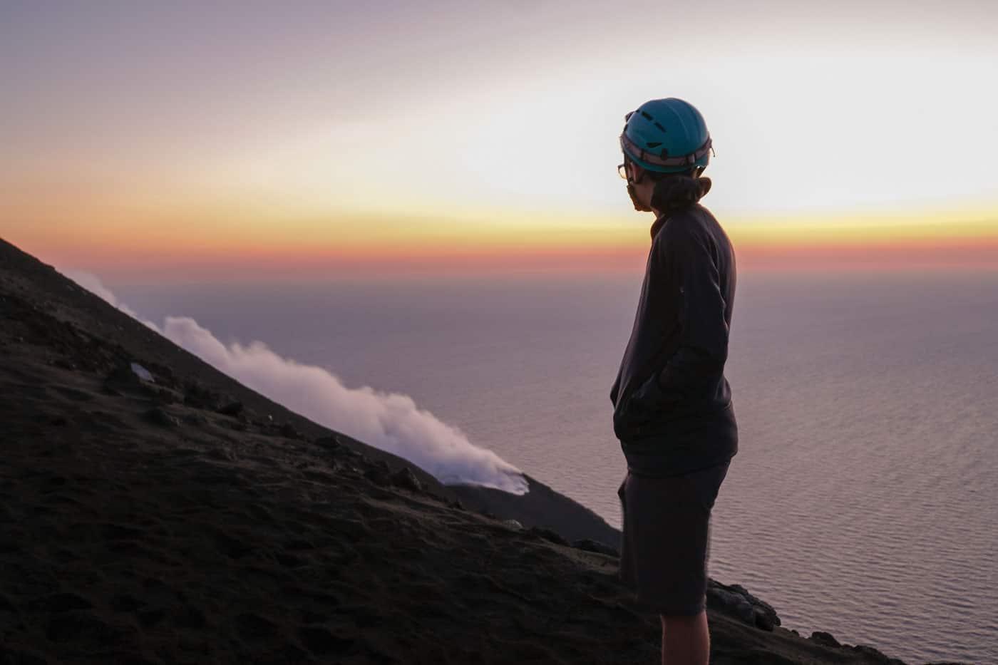 Una donna ammira il vulcano durante una escursione privata su Stromboli