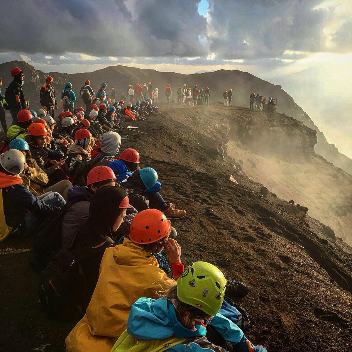 escursione stromboli salita in gruppo tante persone osservano il vulcano
