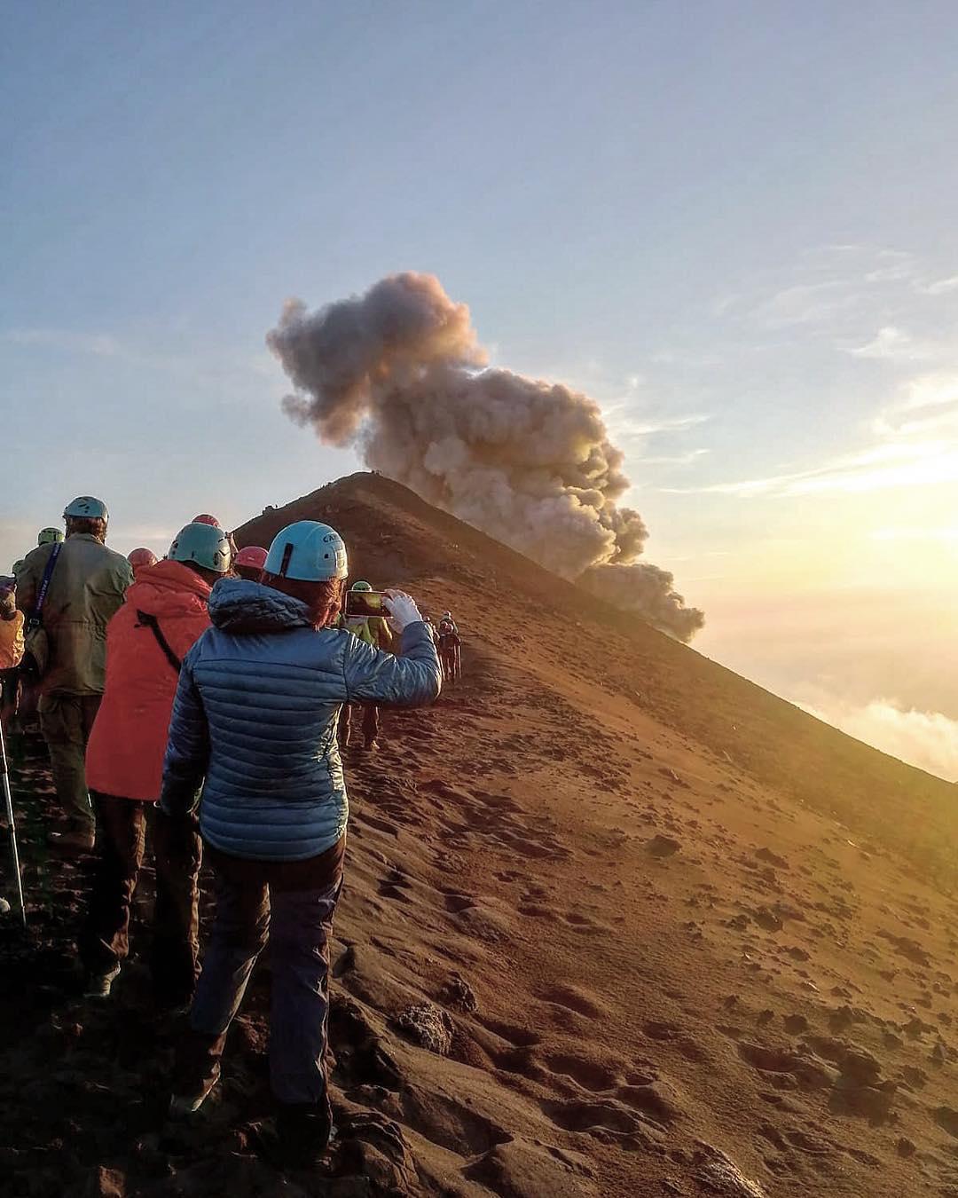 un gruppo di persone durante una escursione stromboli affrontano salita in gruppo sul vulcano