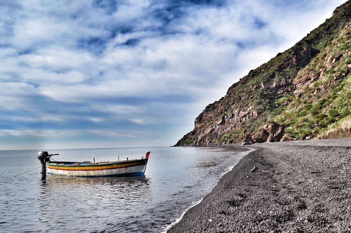 Escursioni in barca a stromboli una veduta della sciara del fuoco