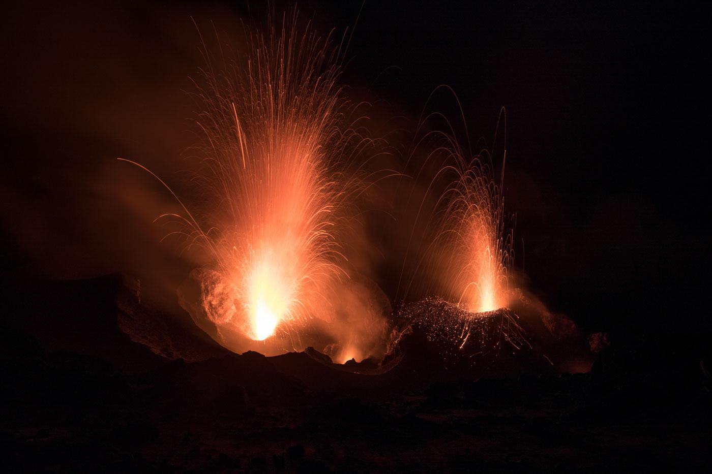eruzione del vulcano durante una escursione sul vulcano Stromboli
